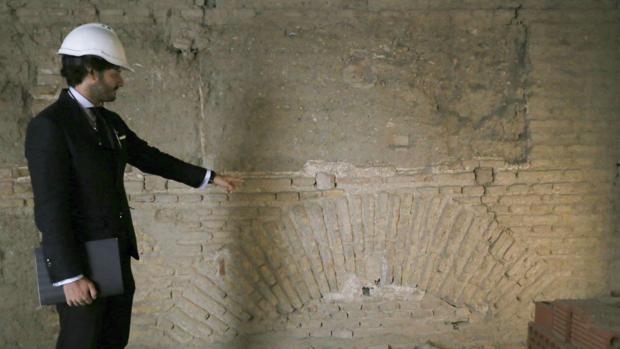 El arquitecto muestra el arco aparecido en el edificio de la Encarnación