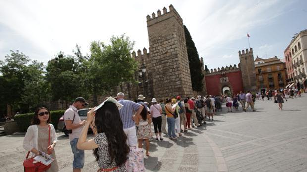 Turistas haciendo cola en la puerta del Alcázar de Sevilla