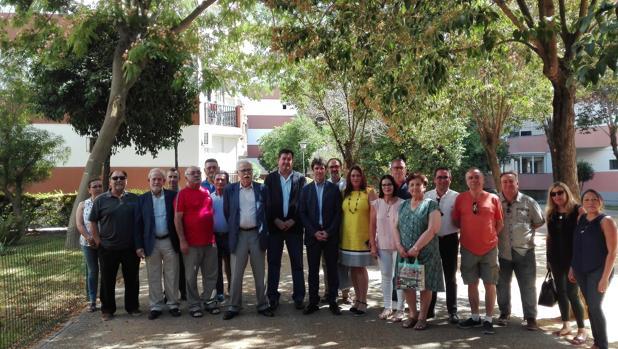 El delegado de Parques y Jardines, David Guevara, con vecinos de la Oliva