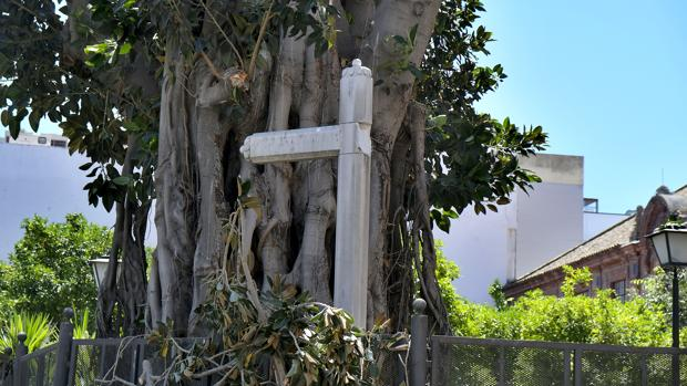 Dañada de gravedad la histórica Cruz de San Jacinto de Triana