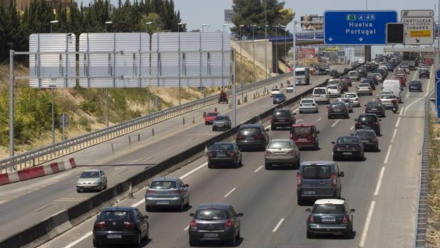 Retenciones en la A-49 dirección Huelva (Foto de archivo)