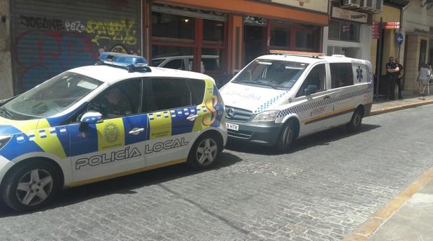 Un vehículo de la Policía Local y una ambulancia en el lugar de los hechos