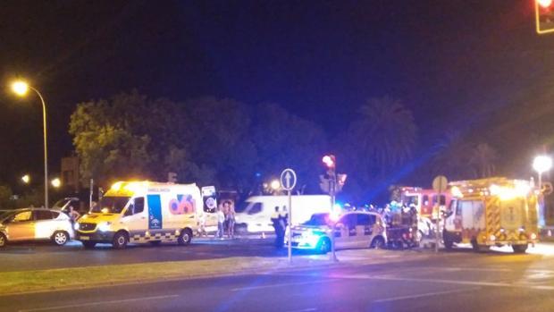 Los bomberos han tenido que rescatar a una persona implicada en el accidente