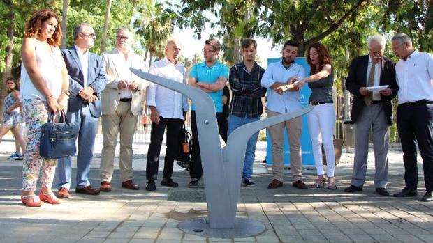 Alumnos y autoridades durante la inauguración de la fuentes en Sevilla