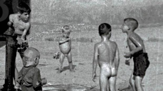Niños refrescándose en la calle Pagés del Corro