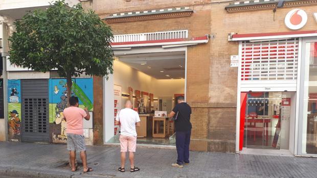 Roban en una tienda de teléfonos de la Macarena en Sevilla