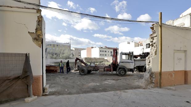 Solar del antiguo cine de verano de la calle Alfarería, en Triana, donde se ha iniciado la construcción de viviendas