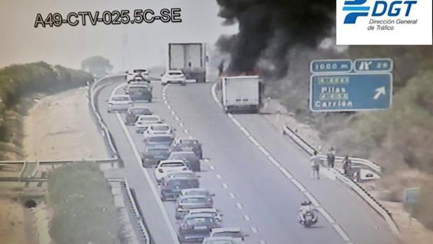 Fuego en el camión siniestrado en la A-49
