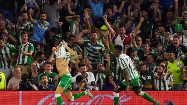 Joaquín celebra el gol durante el derbi