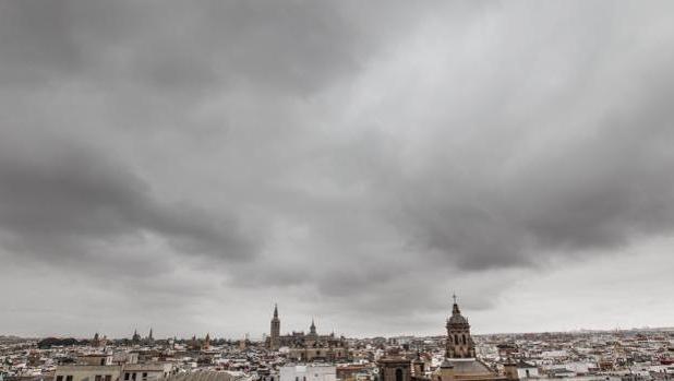 El cielo nublado en la capital hispalense
