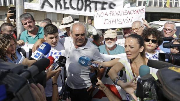 El padre y el marido de Rocío Cortés, en una concentración en el hospital de Valme