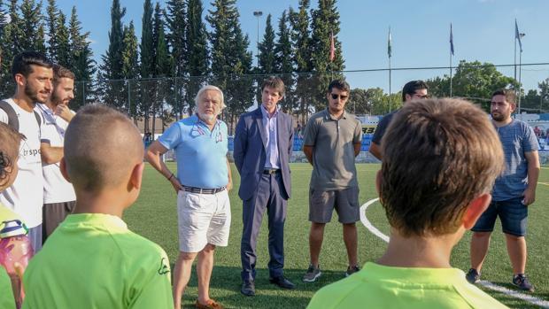 El delegado de Deportes, david Guevara, en el campo de fútbol Antonio Puerta