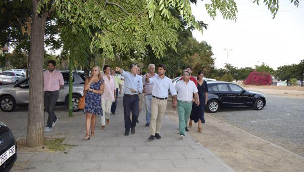 El portavoz del PP, Beltrán Pérez, atiende las demandas de los vecinos de las Dalias