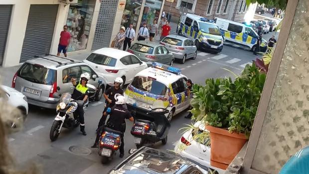 Dispositivo policial en la calle Juan Ramón Jiménez donde ha sido detenido uno de los sospechosos