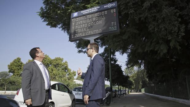 El concejal Juan Carlos Cabrera, junto a uno de los paneles