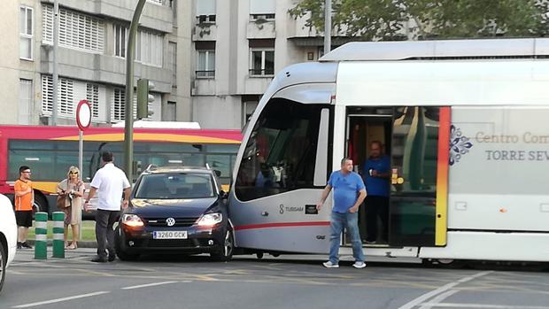 El travía ha colisionado con la puerta del conductor del coche