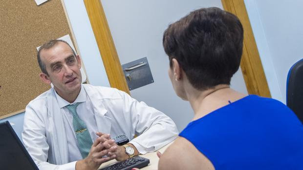 El doctor Emilio Franco atiende a Reyes el primer día de su participación en el ensayo clínico