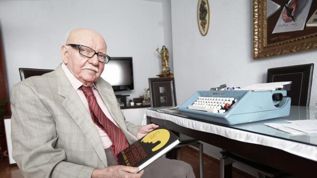 José María de Mena con uno de sus libros