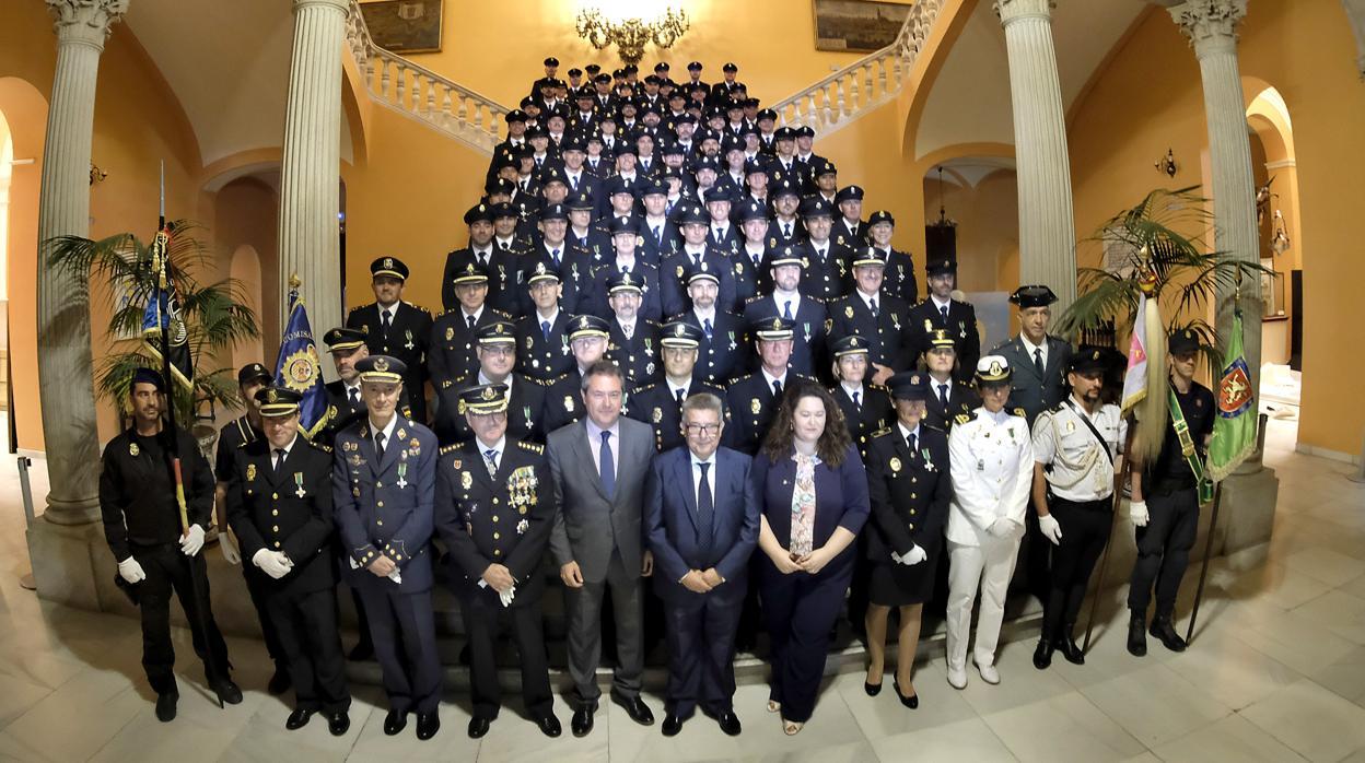 Condecorados doce agentes de la Policía Nacional por su hoja