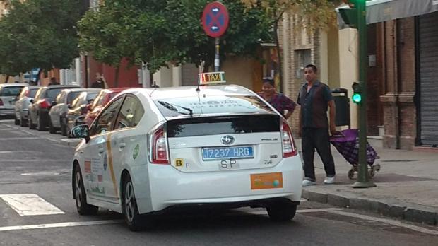 Una de las nuevas matrículas traseras de los taxis