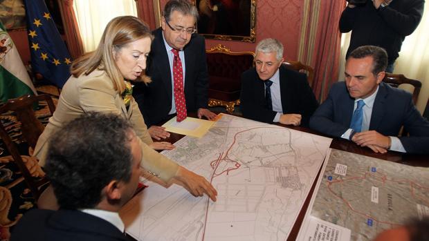 Ana Pastor y Juan Ignacio Zoido, con los planos de San Nicolás Oeste tras aprobarse su desarrollo en 2013