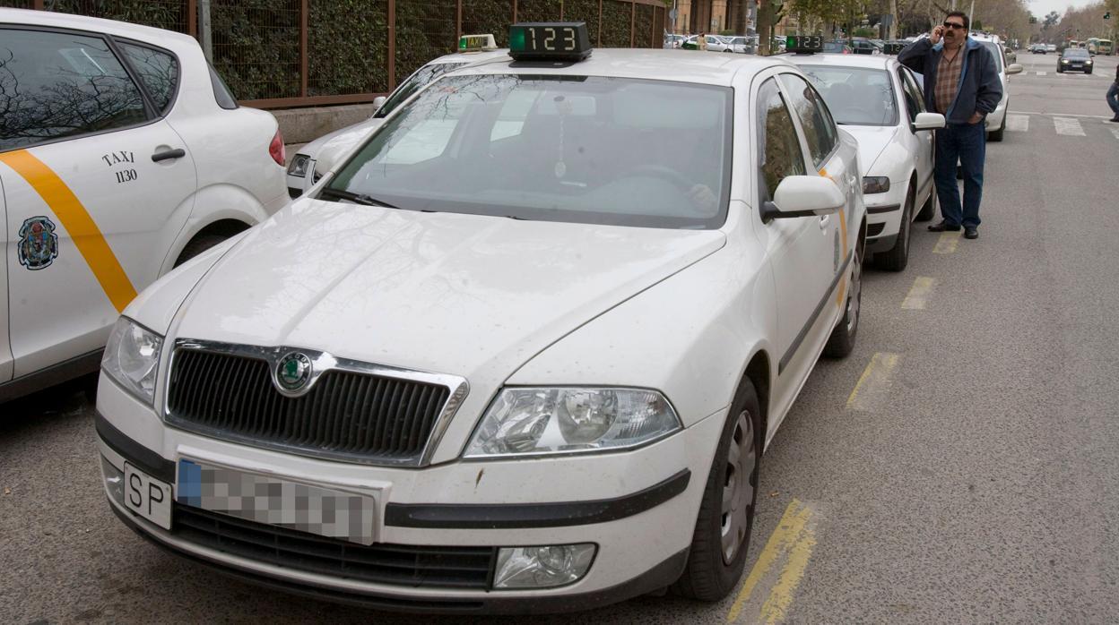Inmovilizado un taxi en Sevilla sin seguro, con la ITV caducada y con el taxímetro sin revisar