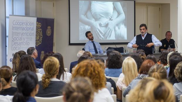 El psicoterapeuta Jesús Herrera ayer durante su conferencia