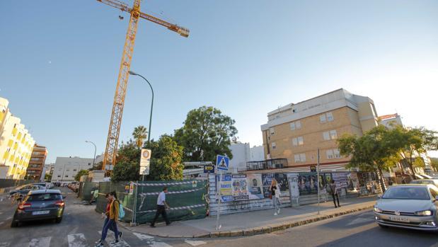 Solar donde se construirá un edificio de apartamentos turísticos, junto al hospital Virgen del Rocío