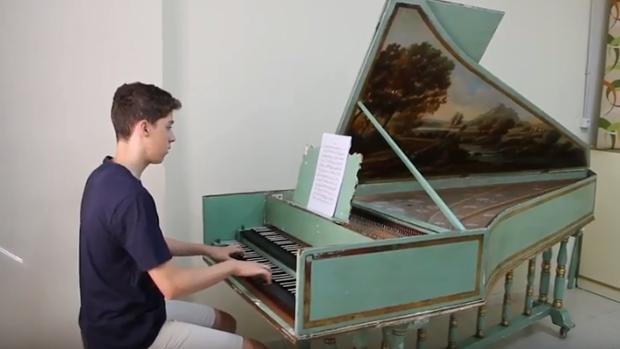 Guido García, tocando el piano