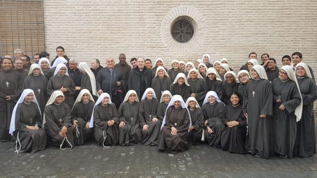 El arzobispo de Sevilla con la comunidad de Peregrinas de la Eucaristía este miércoles en Écija