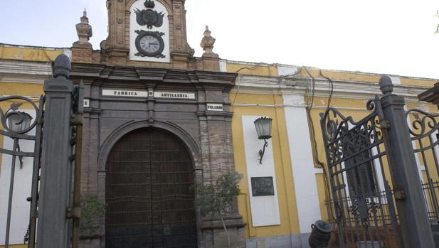 Entrada a la Fábrica de Artillería de Sevilla, que dejó de prestar servicio en los noventa