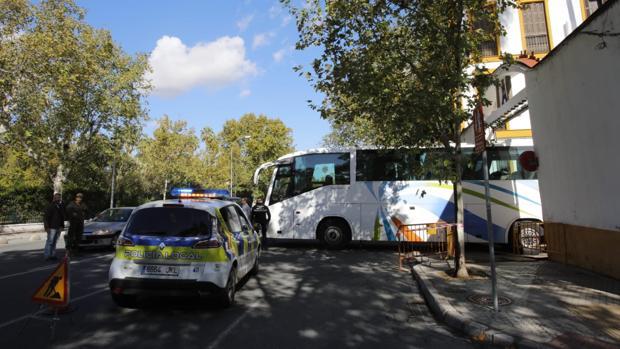El autobús ha quedado atrapado en una zanja