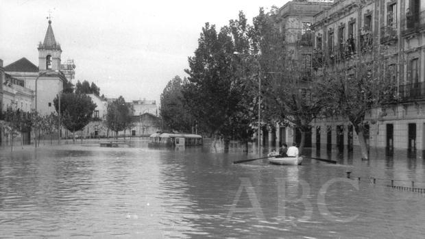 La calle Luis Montoto, durante la riada del Tamarguillo