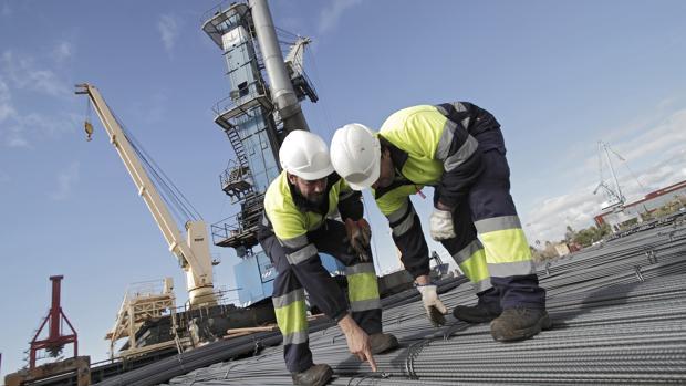 Dos trabajadores en el Puerto de Sevilla