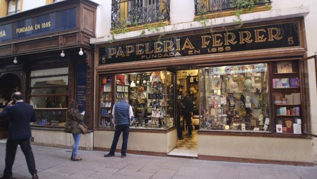 La papelería Ferrer fue fundada en 1856 en la calle Sierpes, hoy junto a la confitería La Campana, que fue inaugurada 29 años después