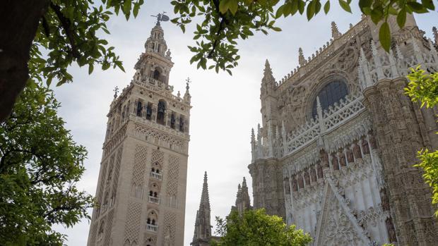 La Giralda de Sevilla y la Puerta de la Concepción de la Catedral