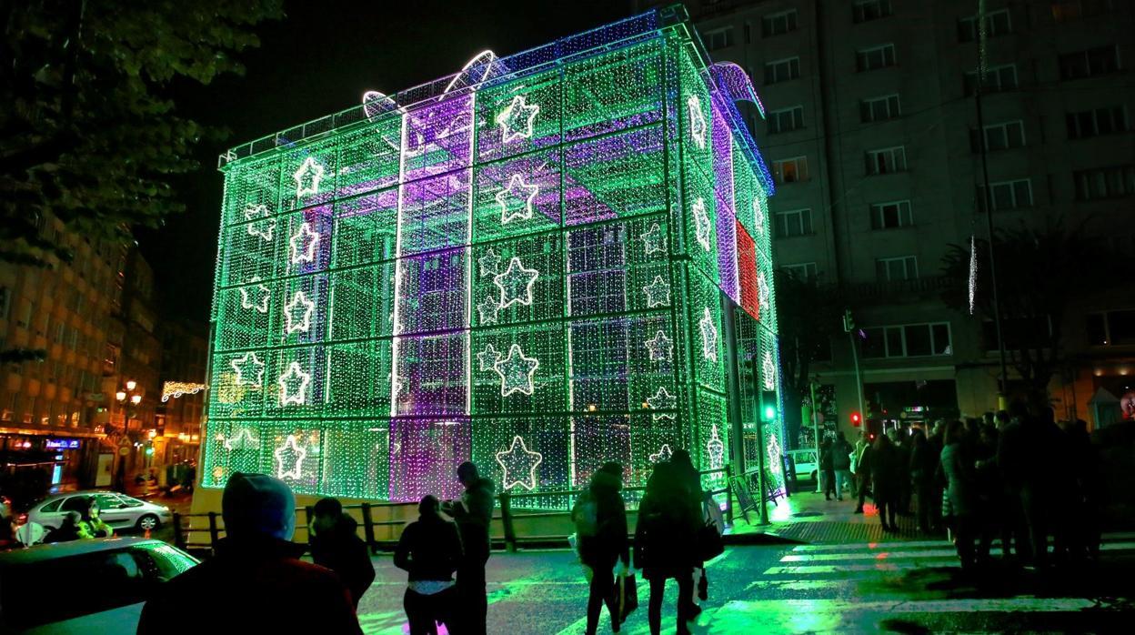 113bba57b3c Alumbrado Navidad 2018 en Sevilla  Las tres coronas de los Reyes Magos de  diez metros de altura iluminarán la plaza de San Francisco en Sevilla