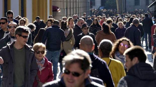 Gente por la calle Sierpes