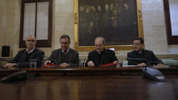 Antonio Muñoz, Juan Espadas, monseñor Asenjo e Isacio Siguero en el acto de la firma