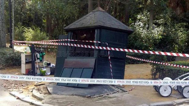 La caseta arrollada por un coche de caballos en el Parque de María Luisa