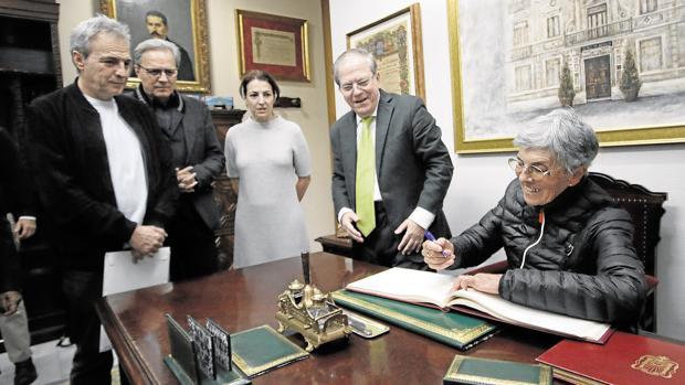 Consuelo Rodríguez firma este martes en el Libro de Oro del Ateneo de Sevilla