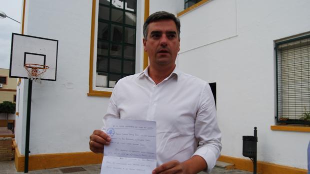 Manuel Varela, tras presentar su renuncia como candidato en la mañana de las elecciones locales de 2015
