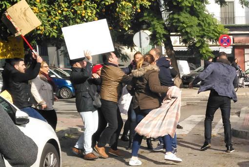 A la izquierda y de espaldas, David Llera, es agredido por un grupo de afectados