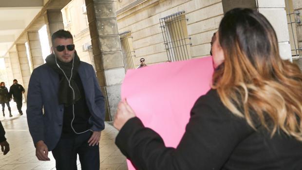 El empresario de Simón Verde fue increpado por un grupo de afectados en los juzgados
