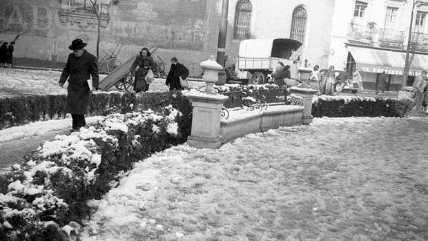 Transeúntes cruzan la plaza de la Encarnación alfombrada de nieve