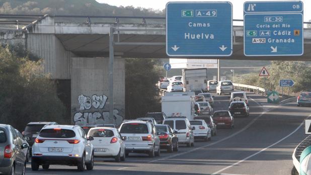 Retenciones de tráfico en la A-49 dirección a Camas