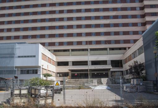 Hospital militar Vigil de Quiñones, cerrado en 2004 y cuya reforma paralizó la Junta en 2011