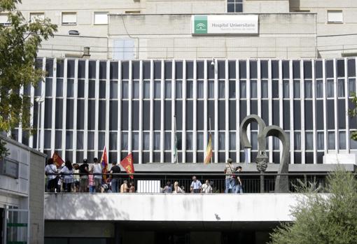 En el Hospital Universitario Virgen de Valme hay 900 personas esperando una operación de cataratas