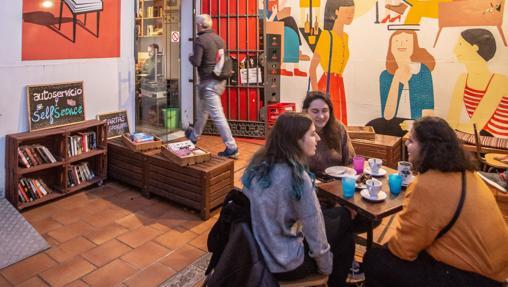 Patio exterior de El Viajero Sedentario, en La Alameda