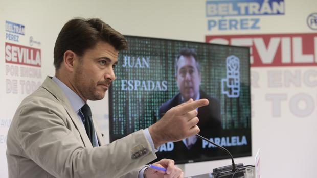 El candidato del PP, Beltrán Pérez, durante su balance de la gestión de Juan Espadas